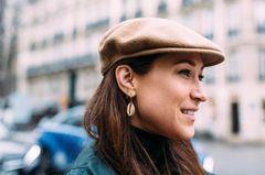 Eine eingefasste Kaurimuschel mit perfekt kombiniertem Goldstecker als Miniherz mit Kettchen. Die Schiebermütze aus Wolle lässt Platz für die Ohren – ideal wenn der Herbst und noch ein paar gnädige Temperaturen schenkt…