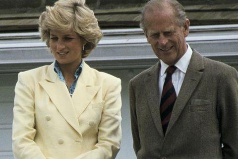 Prinzessin Diana und Prinz Philip stehen auf einem balkon