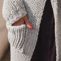 Jacke stricken: Frau mit gestrickter Jacke