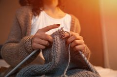 Strickjacken und Pullis stricken: Frau strickt Strickjacke