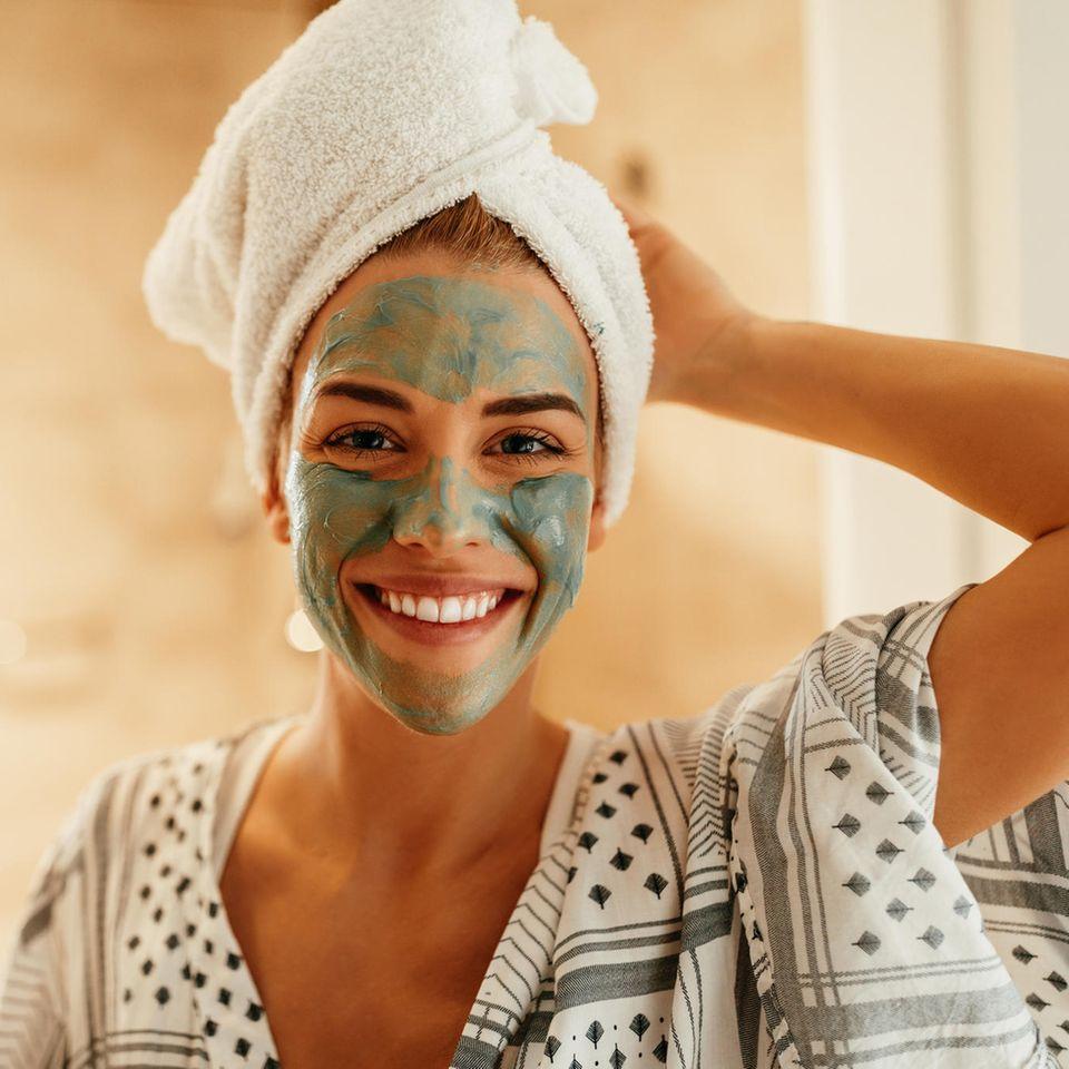 Hautpflege: 13 Tipps für schöne Haut – Frau mit Gesichtsmaske