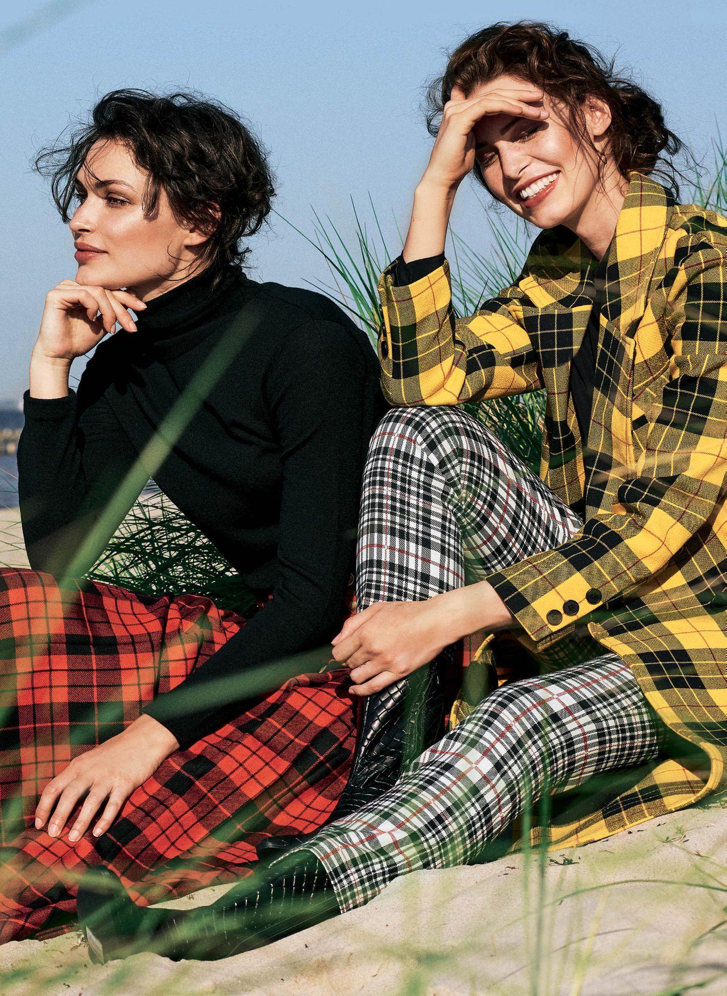 Zwei Frauen im Karo-Look