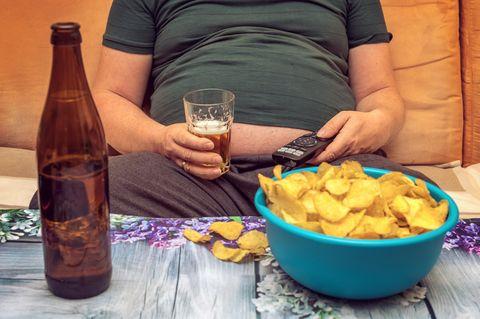 Unsere Männer werden immer dicker: Dicker Mann auf dem Sofa
