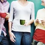 Smalltalk-Themen: Drei Leute mit Kaffeetassen in der Hand beim Smalltalk