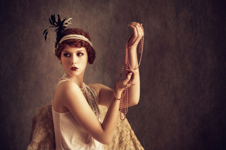 Layering-Ketten: Vintage-Frau mit Perlenketten