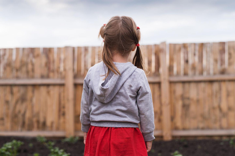 Depressionen bei Kindern: Mädchen im Garten