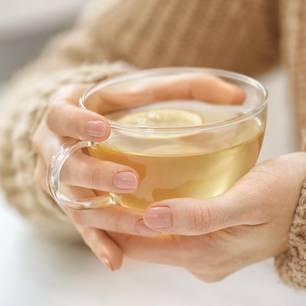 Hausmittel gegen Husten: Frau hält Tee in der Hand