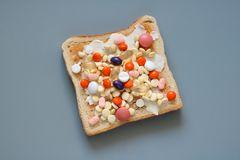 Nahrungsergänzungsmittel: Viele Pillen auf Brotscheibe