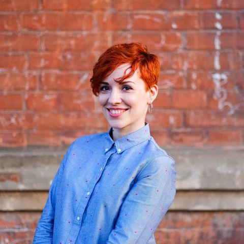 Ab zum Friseur!: Frau mit kurzen, roten Haaren