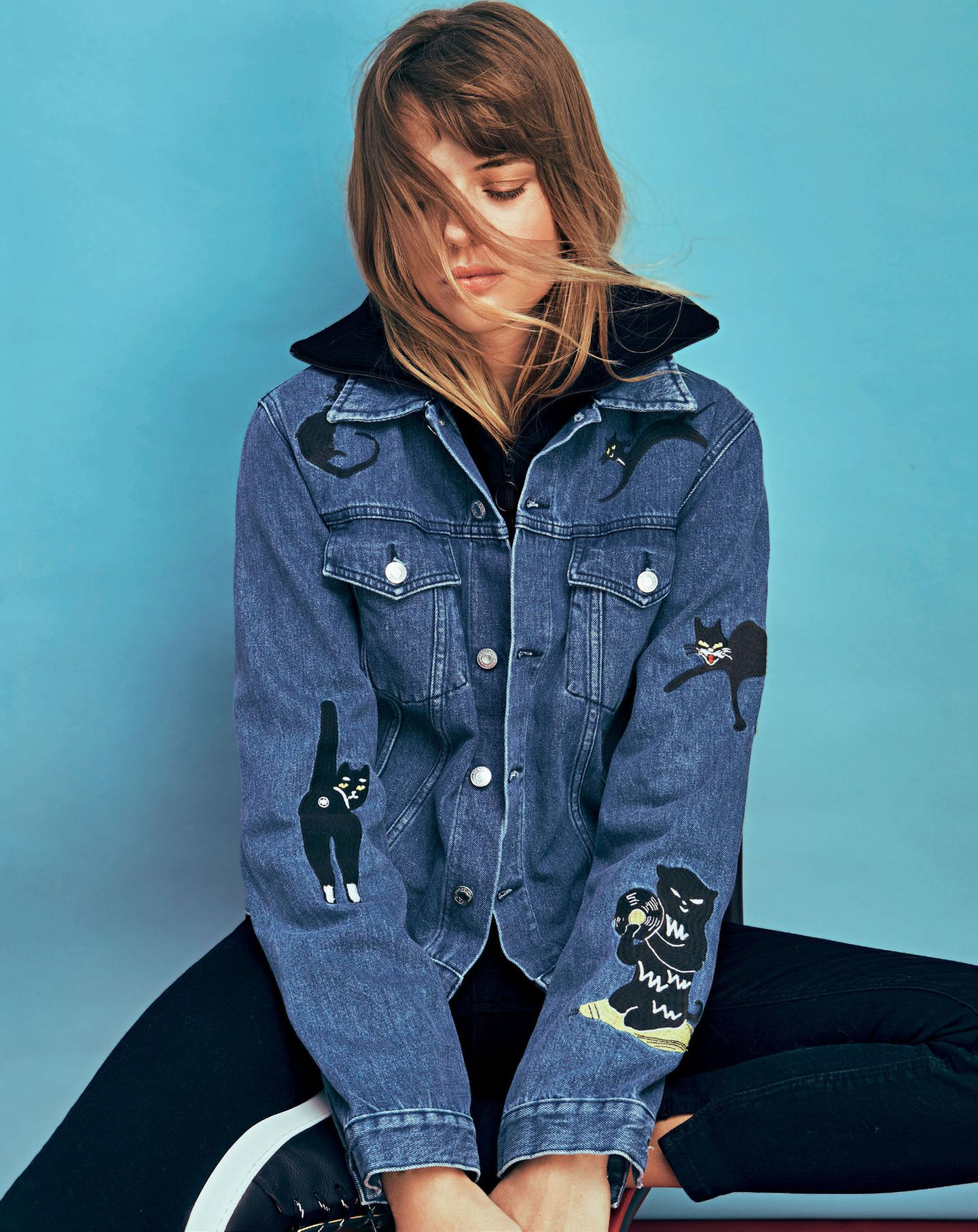 Frau trägt Jeansjacke mit Katzenpatches