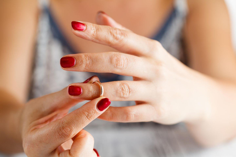 Fehler bei der Trennung: Frau nimmt Ehering ab