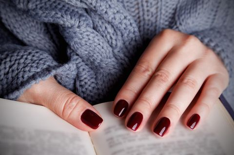Herbst-Nagellacke: Frau mit rotem Nagellack