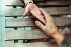 Frauen das Leben angenehmer machen: Mann reicht Frau die Hand