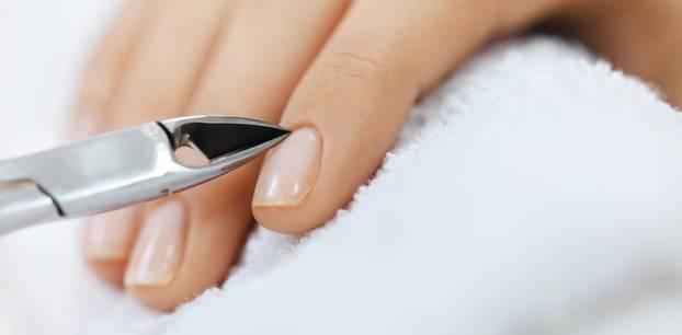 Nagelhaut entfernen – Nagelhaut mit Zange entfernen