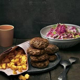 Cole Slaw aus Rotkohl mit Buletten und Kartoffelwürfeln