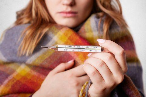 Fieber messen: Frau misst Fieber