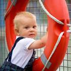 Kind hält sich an Schwimmring fest
