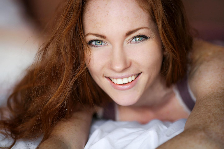 Lachfalten: Lachende Frau mit Krähefüßen