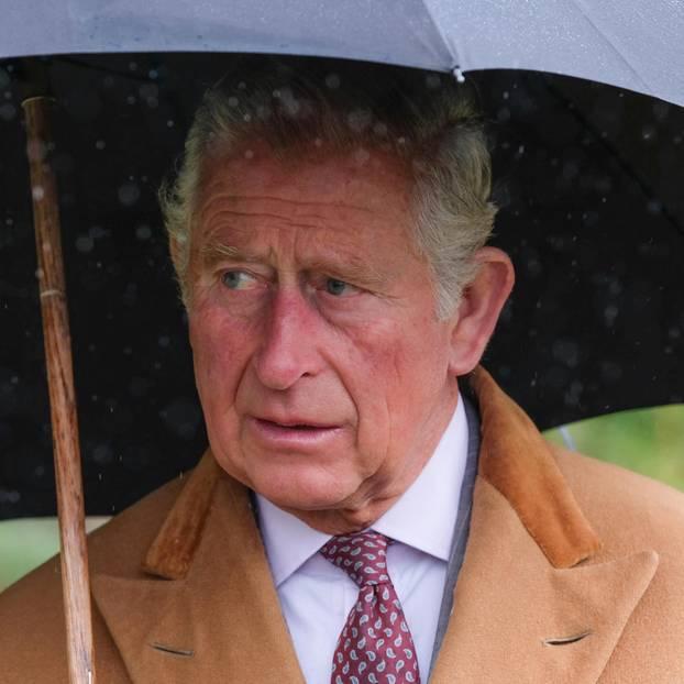 Prinz Charles mit Regenschirm