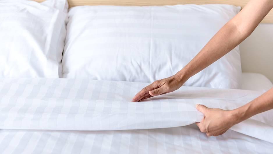 Irrer Trick: So einfach hast du dein Bett noch nie bezogen