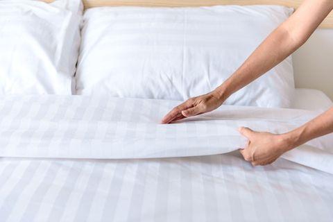 Darum strecken wir beim Einschlafen einen Fuß aus dem Bett