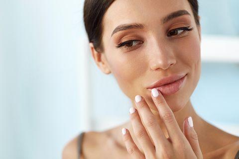Lippenpeeling selber machen: Frau peelt sich die Lippen