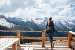 Berghotel: Frau macht Urlaub in den Bergen