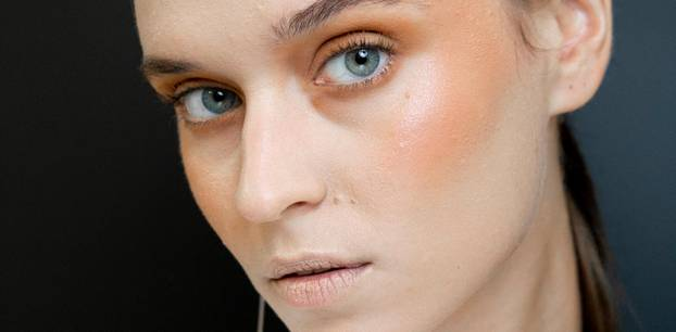 Herbst-Make-up: Model mit Rouge