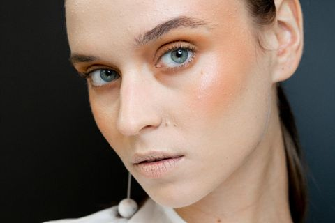 Herbst-Make-up: Model mit Rouge