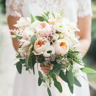 Hochzeit: Braut mit Brautstrauß