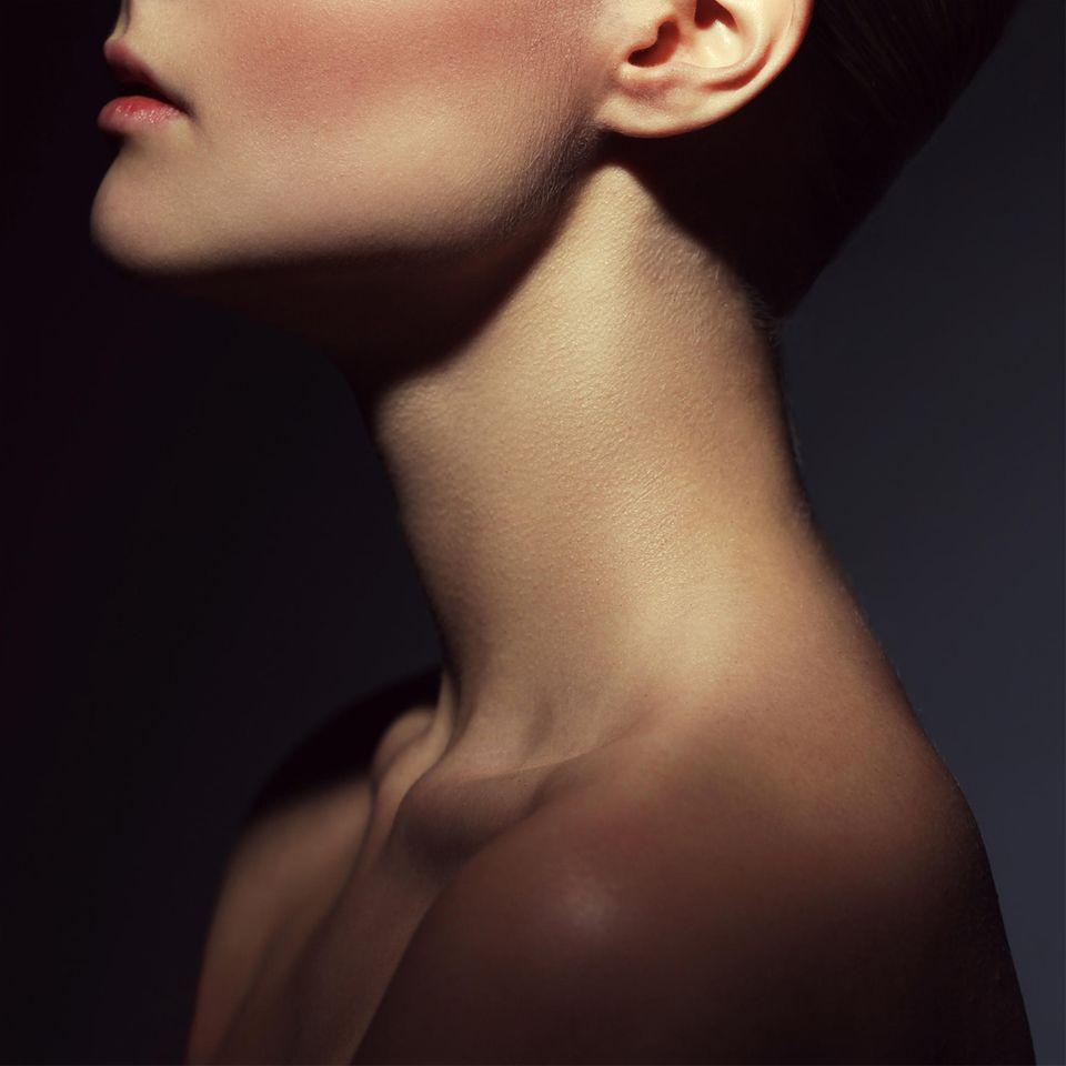 Erogene Zonen der Frau - Frau zeigt Hals