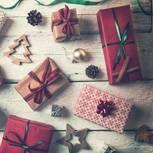 Wichteln: Wichtelgeschenke auf Holztisch