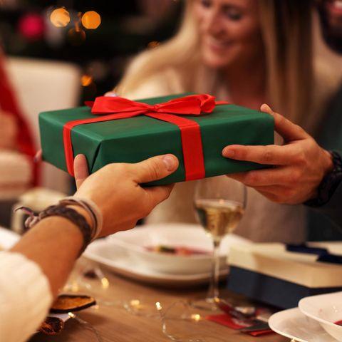 Wichteln-Regeln: Geschenkübergabe am Tisch