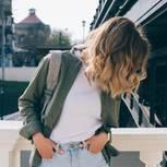 Frisuren: Frau mit gewelltem Haar
