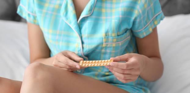 Schwanger werden nach Pille: Frau hält Pillenpackung in den Händen