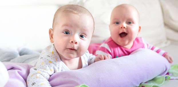 Die schönsten Doppelnamen für Jungen und Mädchen: Babys auf Krabbeldecke