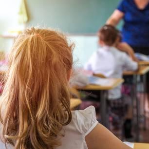 Elfjährige darf trotz Periode nicht aufs Klo: Schülerin im Unterricht