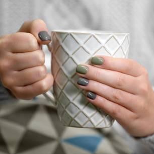 Nagellack-Trend 2019: Graue Fingernägel