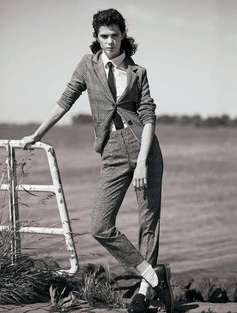 Frau im Karoanzug