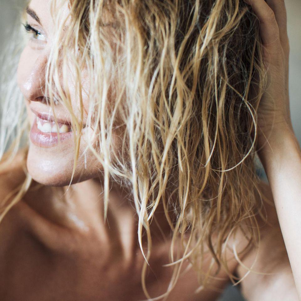 Haarkur über Nacht: Frau mit blonden Haaren