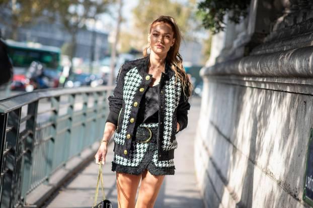 Hahnentritt: Frau mit Kostüm in Hahnentritt-Muster