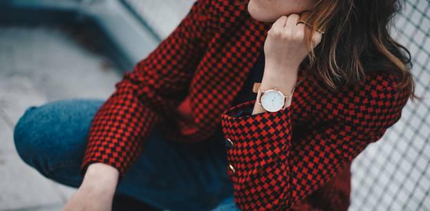 Hahnentritt: Frau mit Blazer im Hahnentritt-Muster