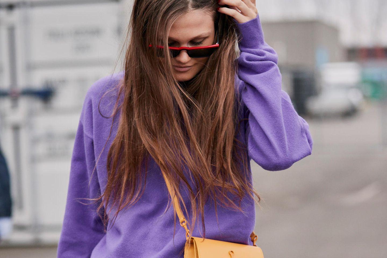 Sommerkleider im Herbst tragen: Frau im Blazer