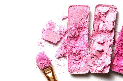 Lidschatten reparieren: Zerbröselter, kaputter Lidschatten in Pink und Rosé und Applikator