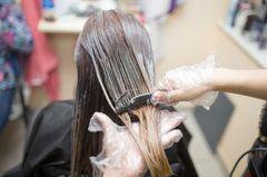 Grünstich in den Haaren: Frau lässt sich die Haare färben