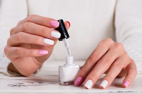 Maniküre-Fehler: Frau lackiert sich die Nägel