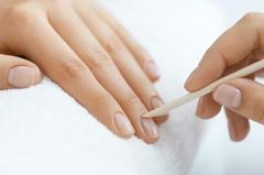 Maniküre-Fehler: Nagelhaut wegschieben mit Rosenholzstäbchen