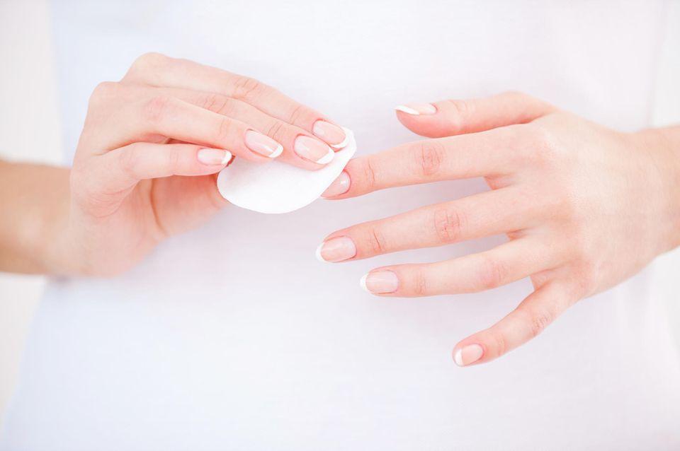 Maniküre-Fehler: Nagel-Reinigung mit Wattepad
