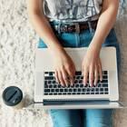 Wie finde ich den richtigen Job: Frau arbeitet am Laptop