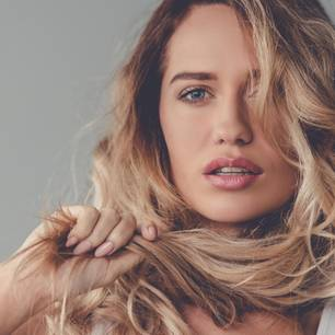 Spliss vermeiden: Frau mit blonden, langen Haaren